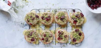 Biscotti glassati al cioccolato bianco, con pistacchi e mirtilli rossi
