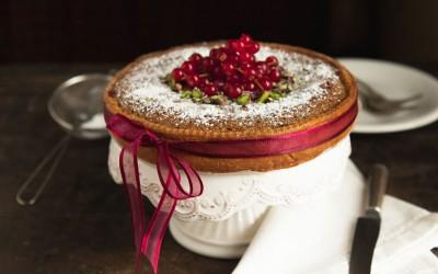Torta con crema frangipane al pistacchio e marmellata di ribes